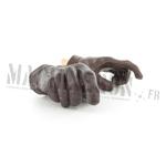Mains gantées marrons