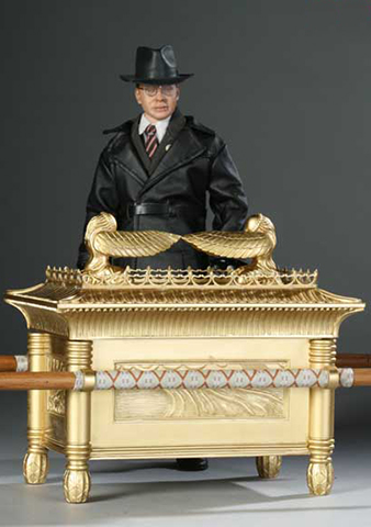 Raiders of the Lost Ark - Toht with Ark of the Covenant)